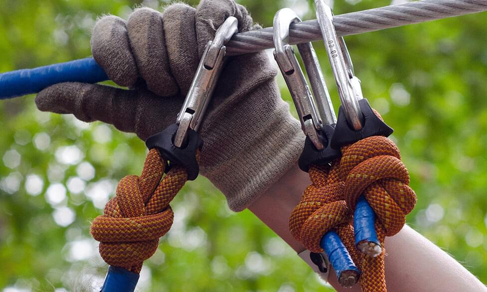 person-in-gray-and-beige-gloves-holding-on-gray-cable-wire-17605.jpg | © Skitterphoto